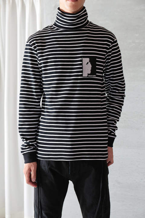 STRIPY LS TURTLE NECK WITH PATCH(BLACK/WHITE)