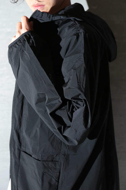 【再入荷】M TRVL CROSS-DYED NYLON PARKA(BLACK)