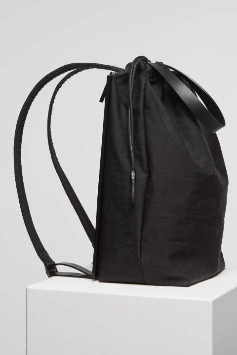 DRAW BACKPACK IN BLACK CRINKLE(BLACK)